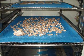 ペットフード用鮭チップ低温乾燥